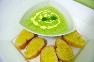 Suppe bestehend aus Moringateilen